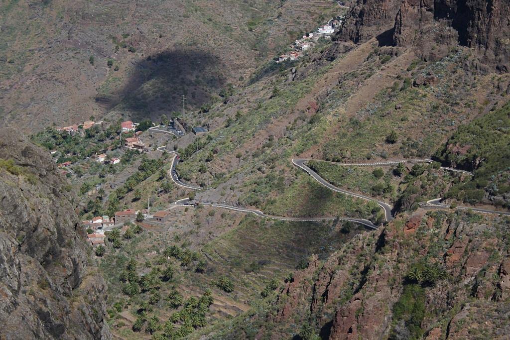 Dojazd do wioski Masca, droga wybudowana w latach sześćdziesiątych XX wieku. Wcześniej wioska była odcięta od świata, a najdogodniejsze doń dojście prowadziło od strony morza, dnem wąwozu.