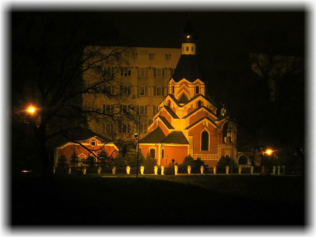 Cerkiew malowniczo położona nad brzegiem rzeki Uż.