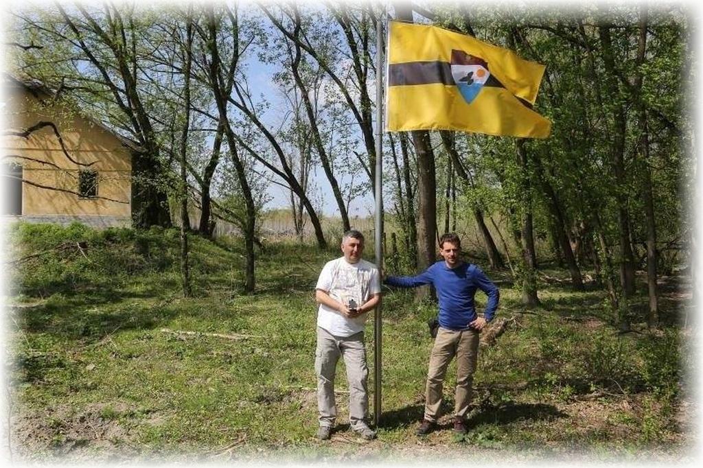 Wciągnięcie na maszt flagi Liberlandu, z tyłu Pałac Prezydencki.